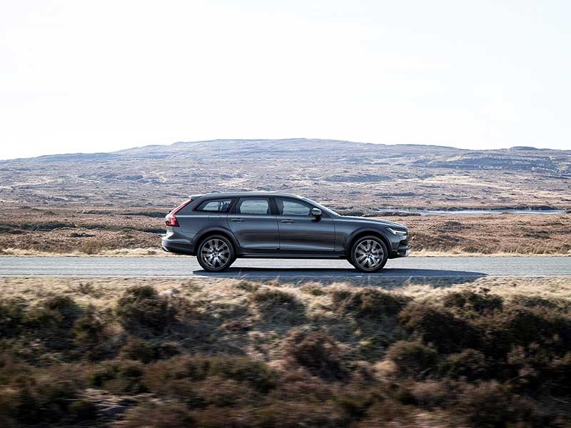 Volvo V90 Cross Country side