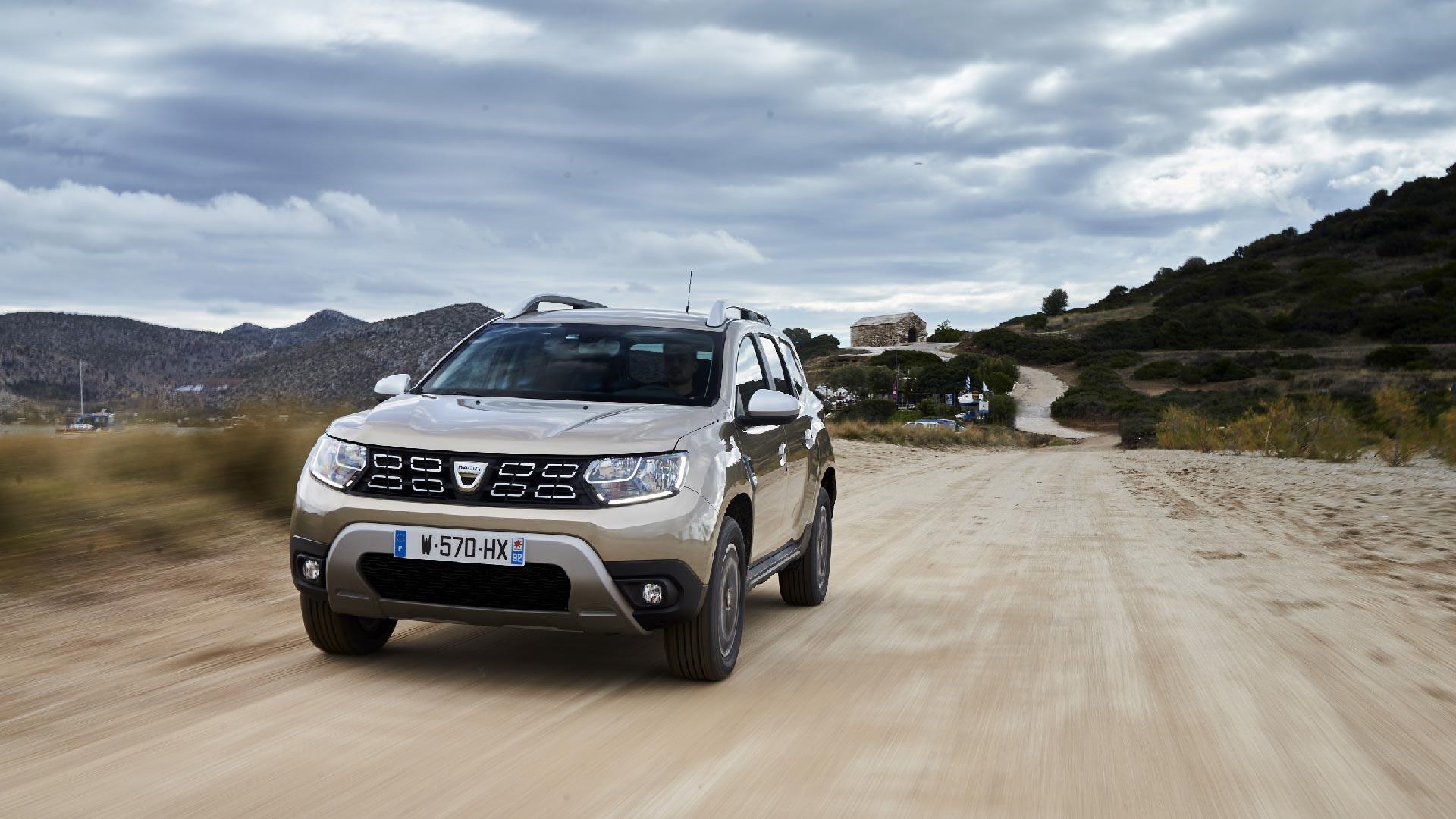 Dacia Duster i fart grå