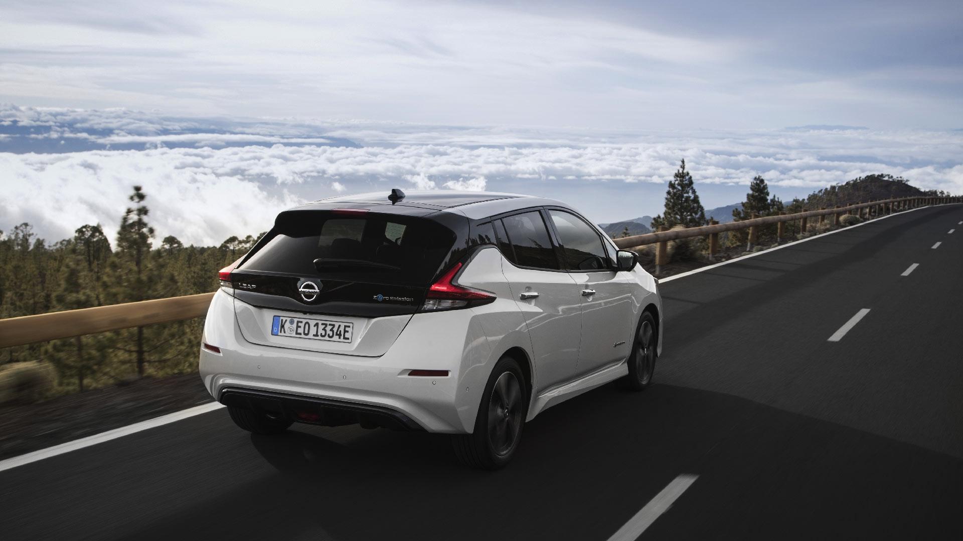 Nissan Leaf bagende i hvid