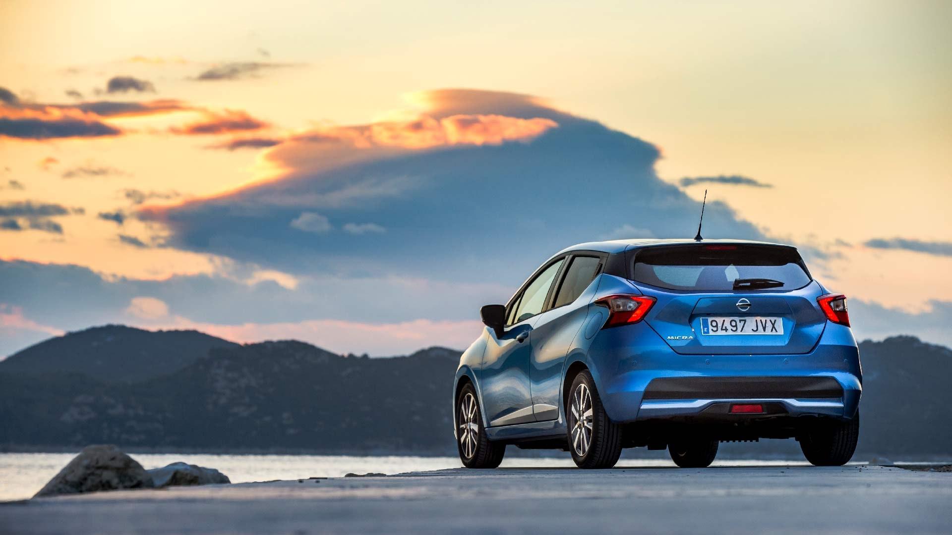 Nissan Micra bagende i blå