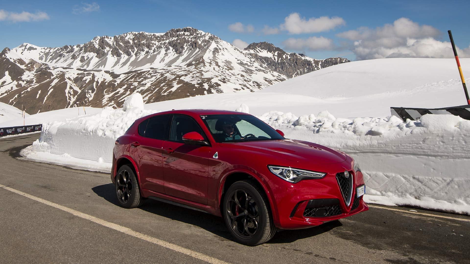 Alfa Romeo Stelvio rød i sne