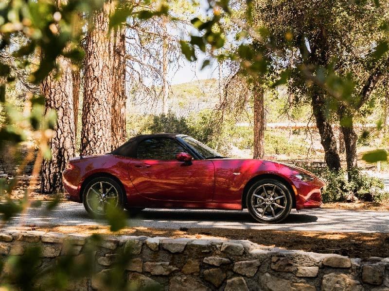 Mazda MX-5 rød fra siden