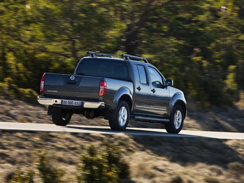 Nissan Navara sort i fart