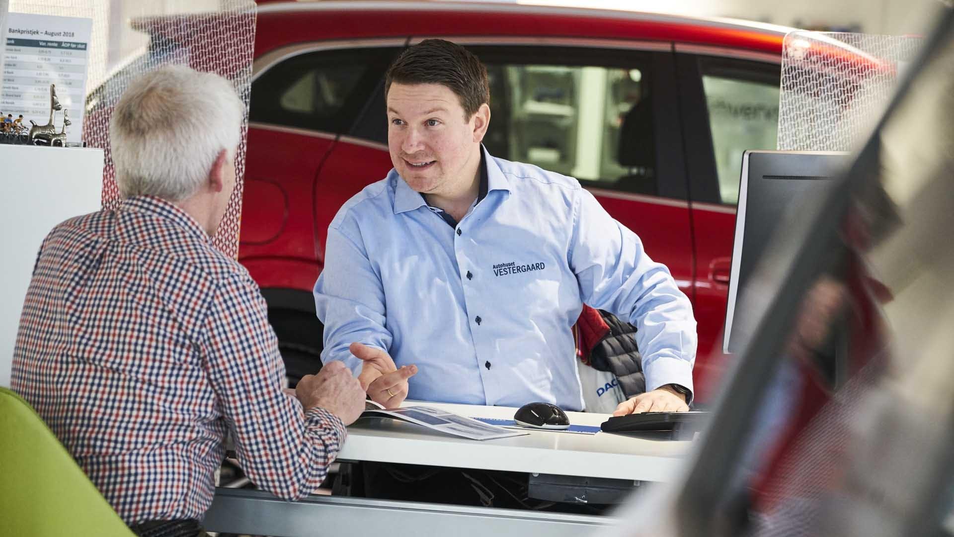 Sælger snakker med kunde