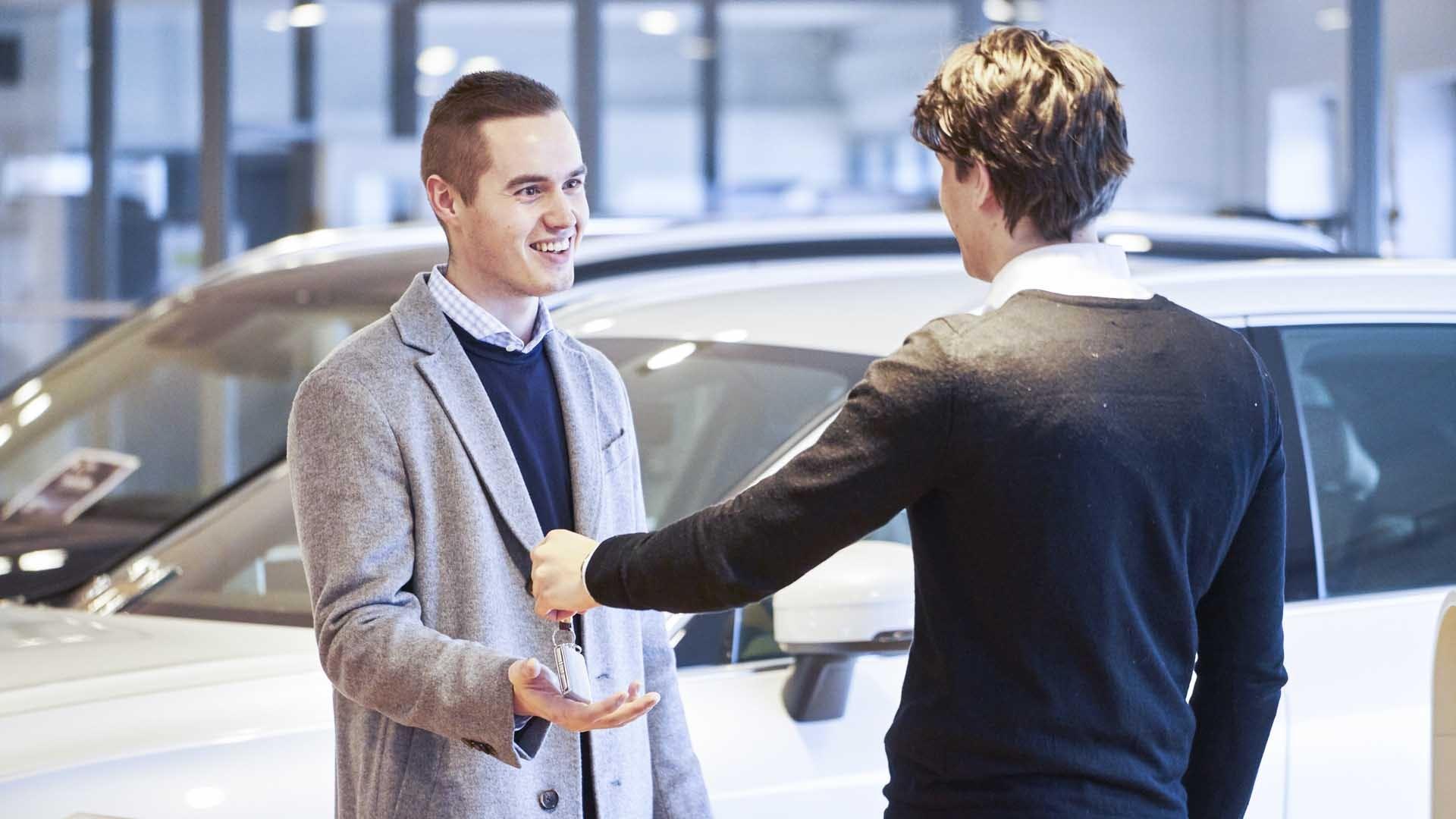 Sælger aflevere nøgler til kunde